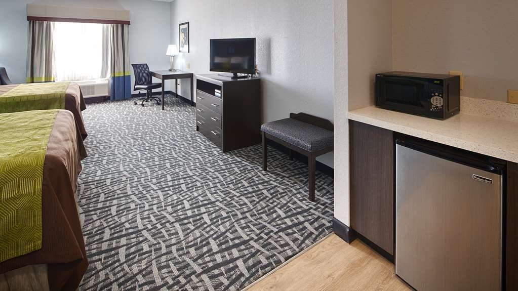 Best Western Plus Lonestar Inn & Suites - If you're looking for a little extra space to stretch out and relax, book one of our double queen rooms.