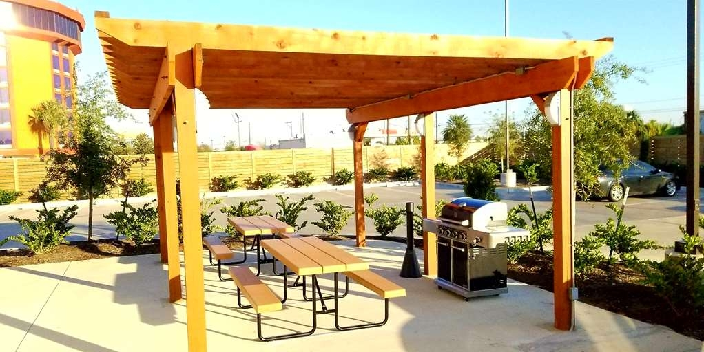 Best Western Plus Pasadena Inn & Suites - Our outdoor grill pavilion has plenty of space for family and friends to gather and enjoy a nice meal outdoors!