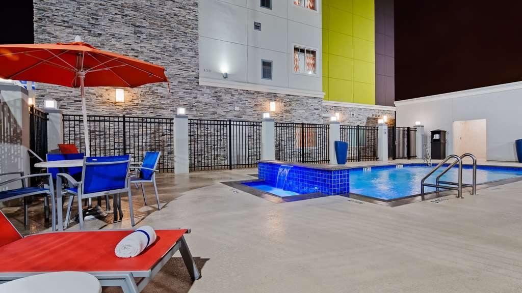 Best Western Plus Pasadena Inn & Suites - Vista de la piscina