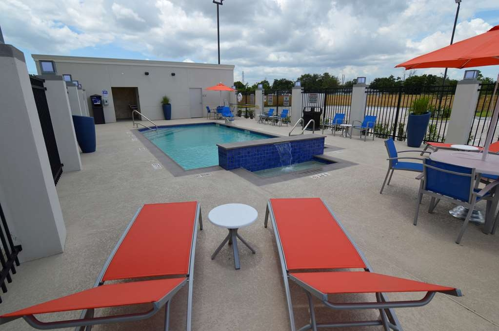 Best Western Plus Pasadena Inn & Suites - Plenty of poolside seating to relax on your own, or gather with family and friends!