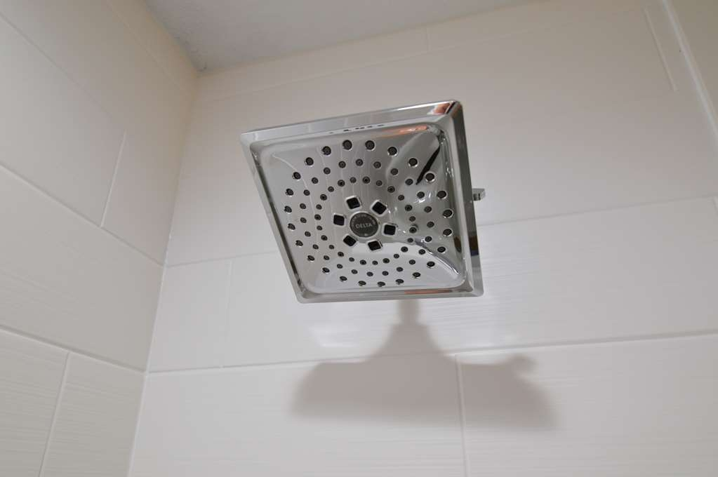 Best Western Plus Pasadena Inn & Suites - Adjustable Rain Shower Heads in Guest Bathrooms