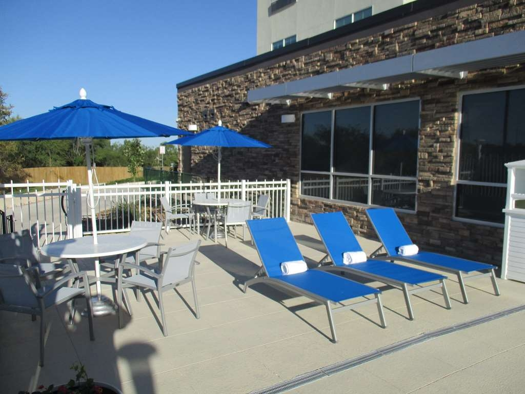 Best Western Plus Roland Inn & Suites - Outdoor Lounge Area by Pool