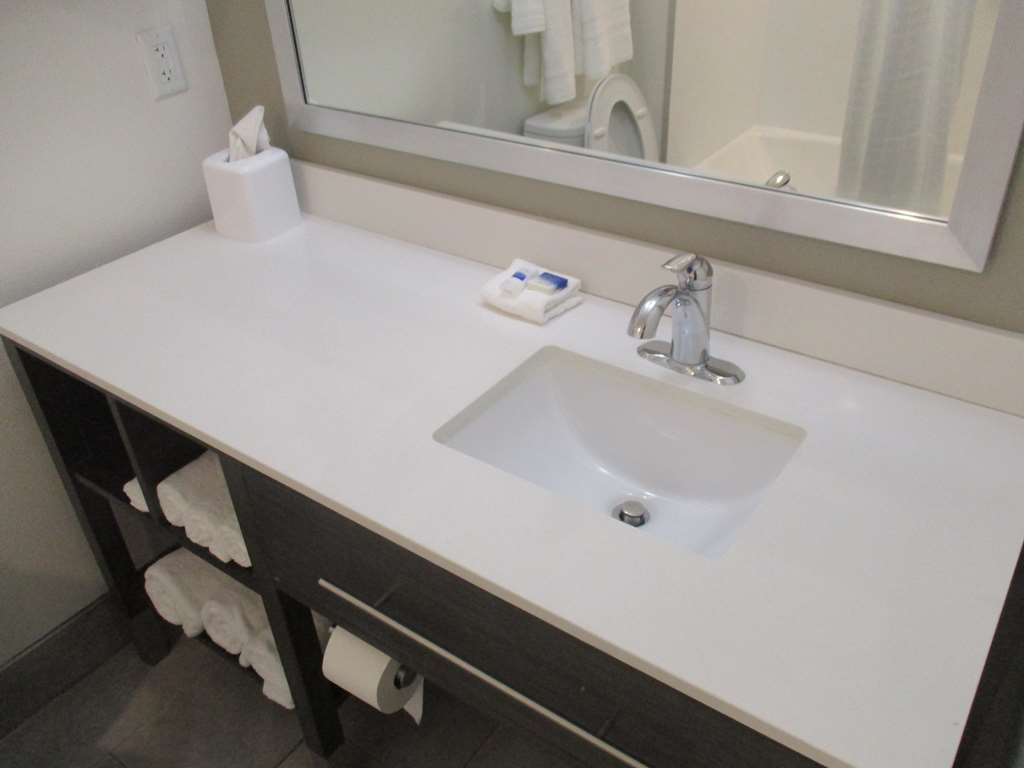 Best Western Plus Roland Inn & Suites - King Guest Bathroom