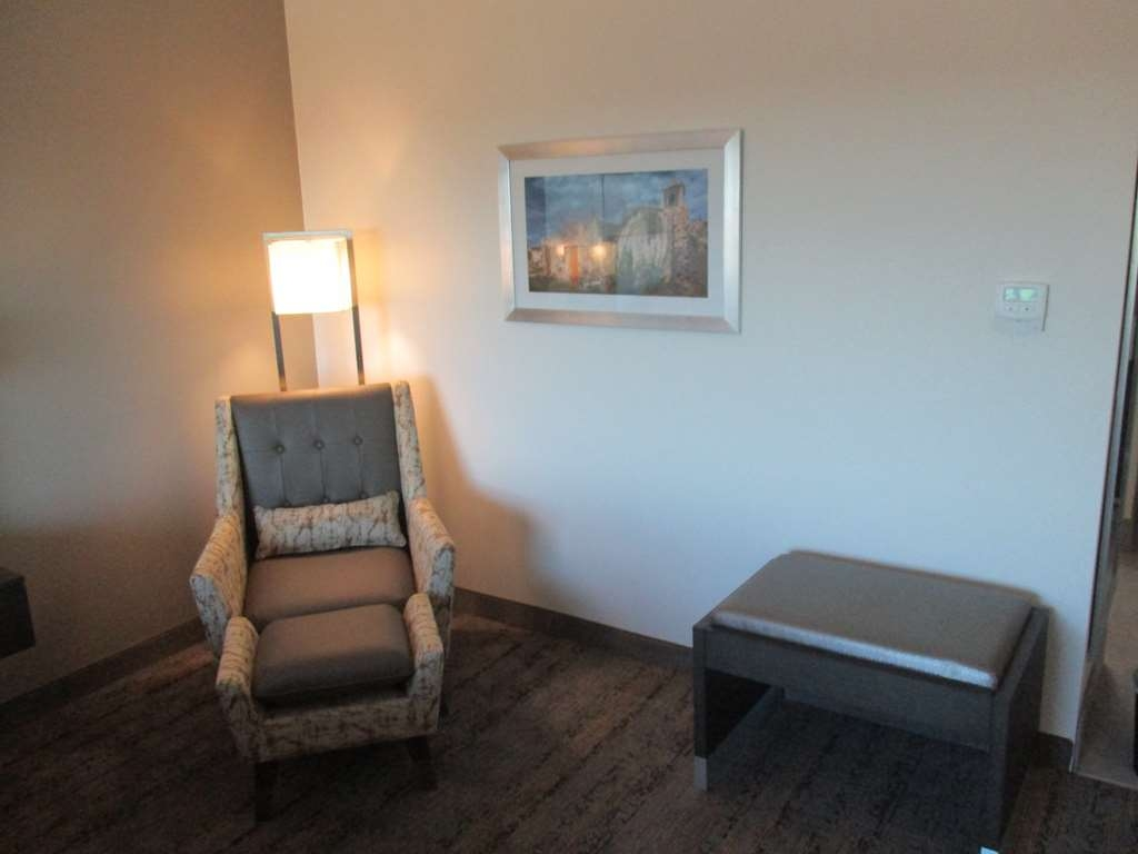 Best Western Plus Roland Inn & Suites - King Guest Room Sitting Area