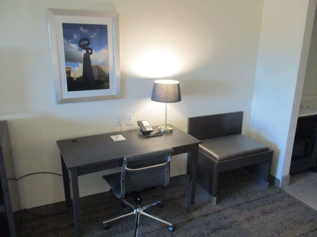 Best Western Plus Roland Inn & Suites - King Guest Suite Amenity