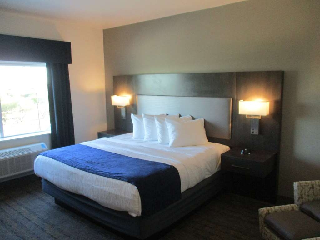 Best Western Plus Roland Inn & Suites - Mobility Accessibly King Guest Room