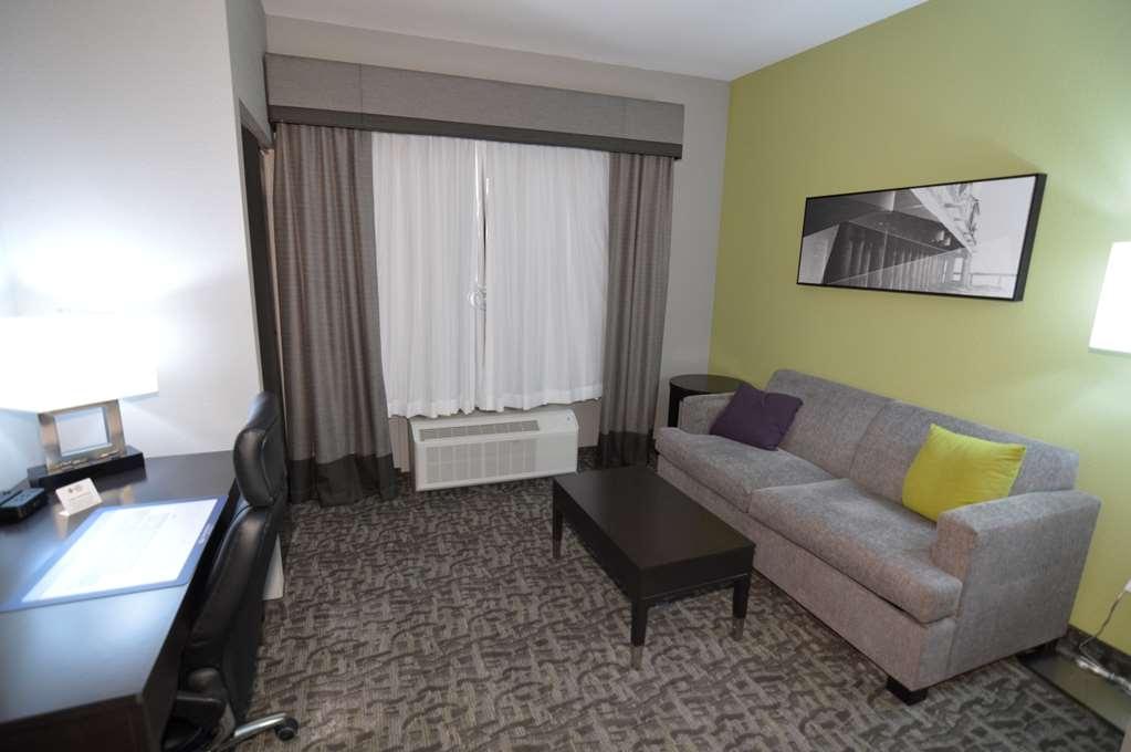 Best Western Plus Bay City Inn & Suites - Double Queen Suite Sitting Area