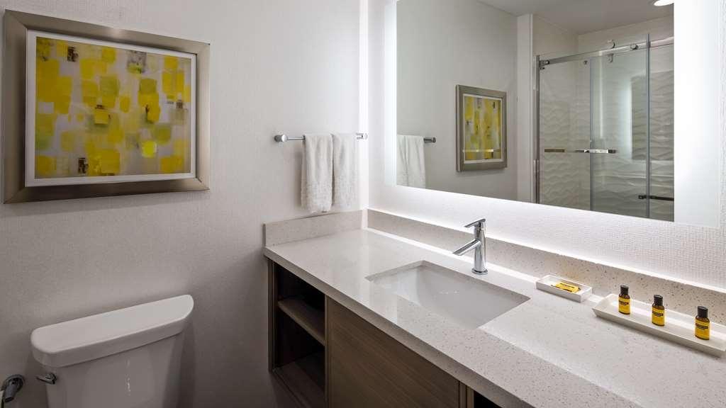 Best Western Plus Houston I-45 North Inn & Suites - Guest Bathroom
