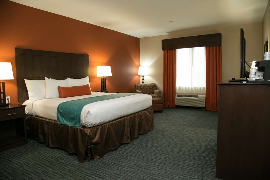 Best Western Plus Longhorn Inn & Suites - At the end of a long day, relax in our clean, fresh King Room.