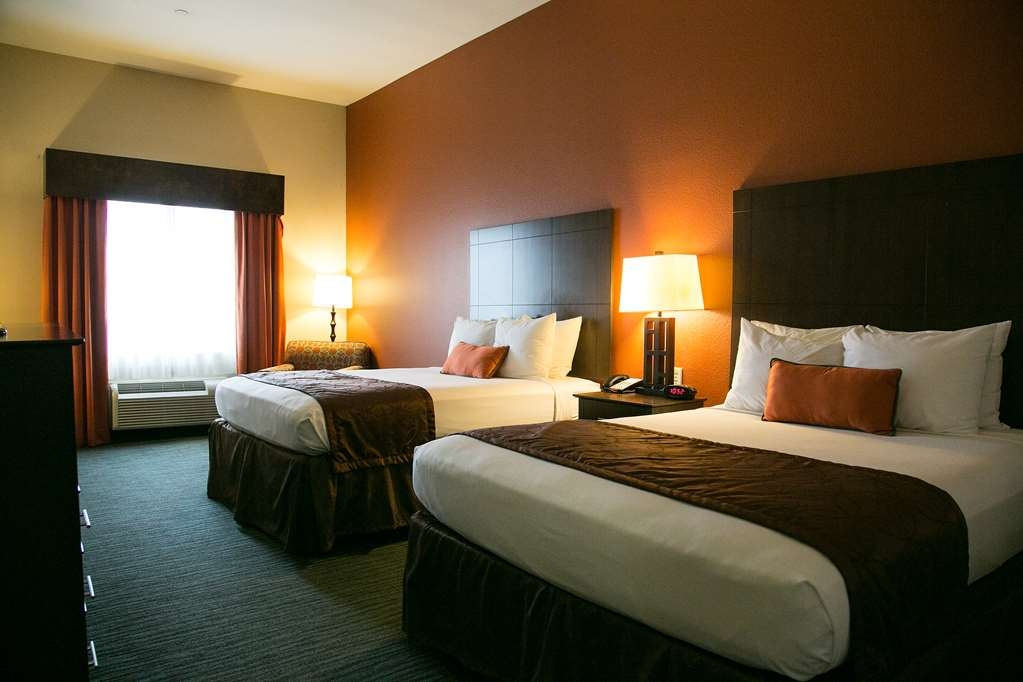 Best Western Plus Longhorn Inn & Suites - Indulge yourself in our warm, welcoming and inviting double queen guest room.