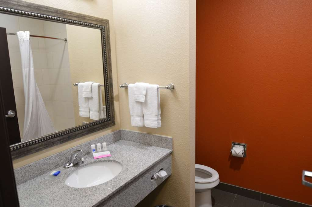 Best Western Plus Longhorn Inn & Suites - Feel clean and refreshed in our modern bathrooms with complementary bath products.