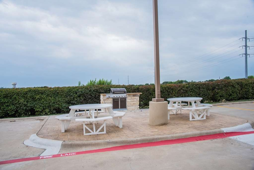 Best Western Plus Killeen/Fort Hood Hotel & Suites - Outdoor Picnic and Grilling Area