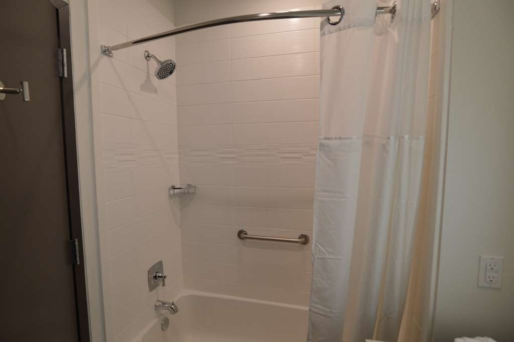 Best Western Plus Executive Residency Austin - We strive our best to keep your bathroom spotless.