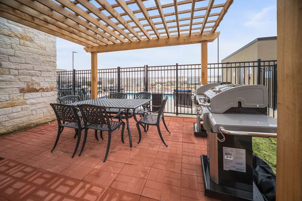 Best Western Plus Executive Residency Austin - What more could you ask for? Outside patio, grill and shade.