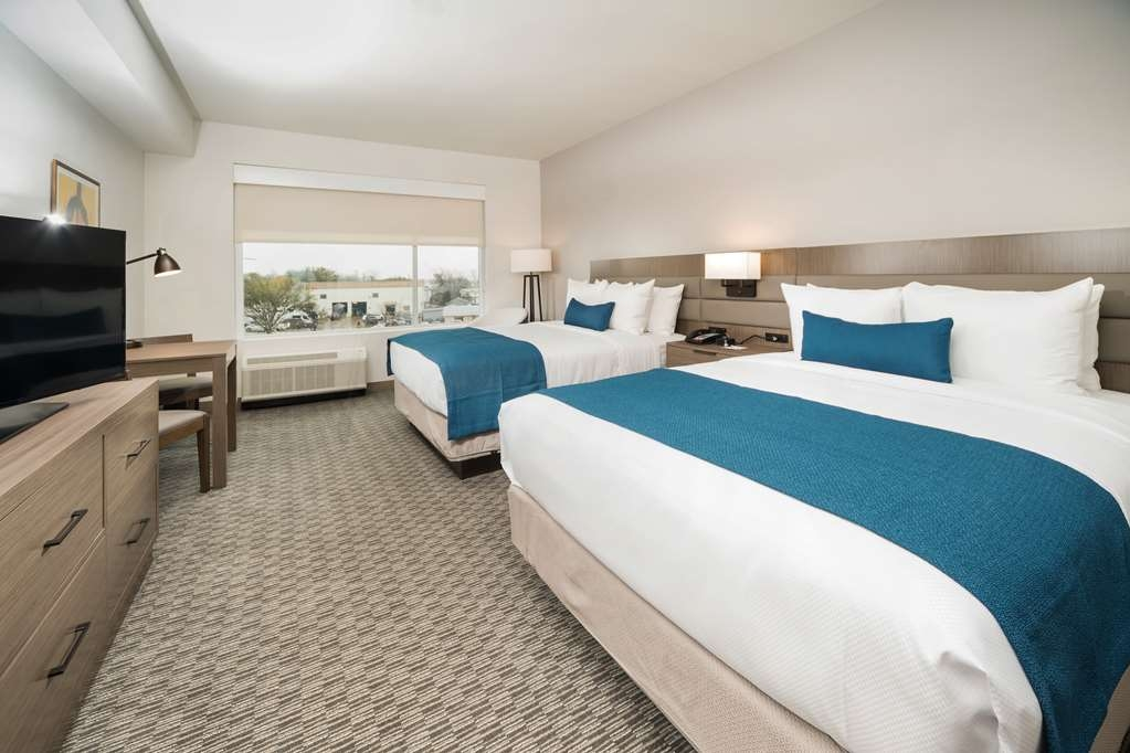 Best Western Plus Executive Residency Austin - Pull back the covers, hop in and catch your favorite TV show in our 2 queen room.