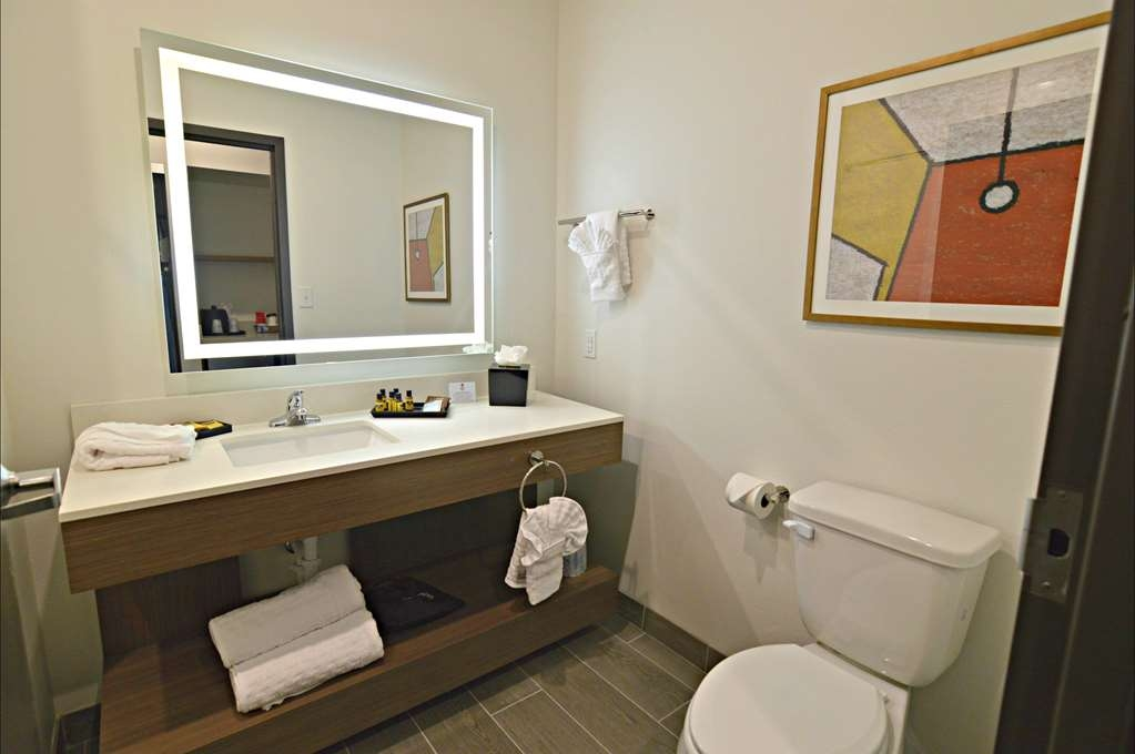 Best Western Plus Executive Residency Austin - Get ready for a day full of adventure in our brightly lit bathroom.