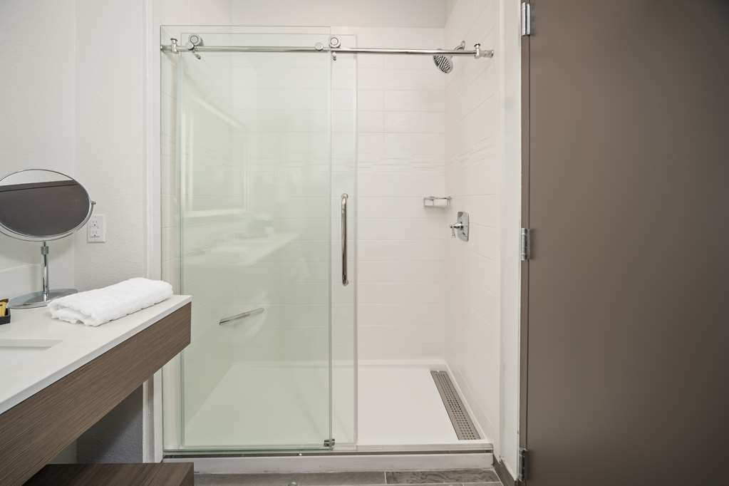Best Western Plus Executive Residency Austin - Sliding glass doors in our guest room bathrooms for your convenience.