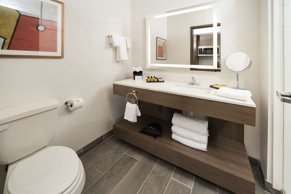 Best Western Plus Executive Residency Austin - From stylish bath amenities to floating vanities enjoy starting your day off right in our guest bathrooms.