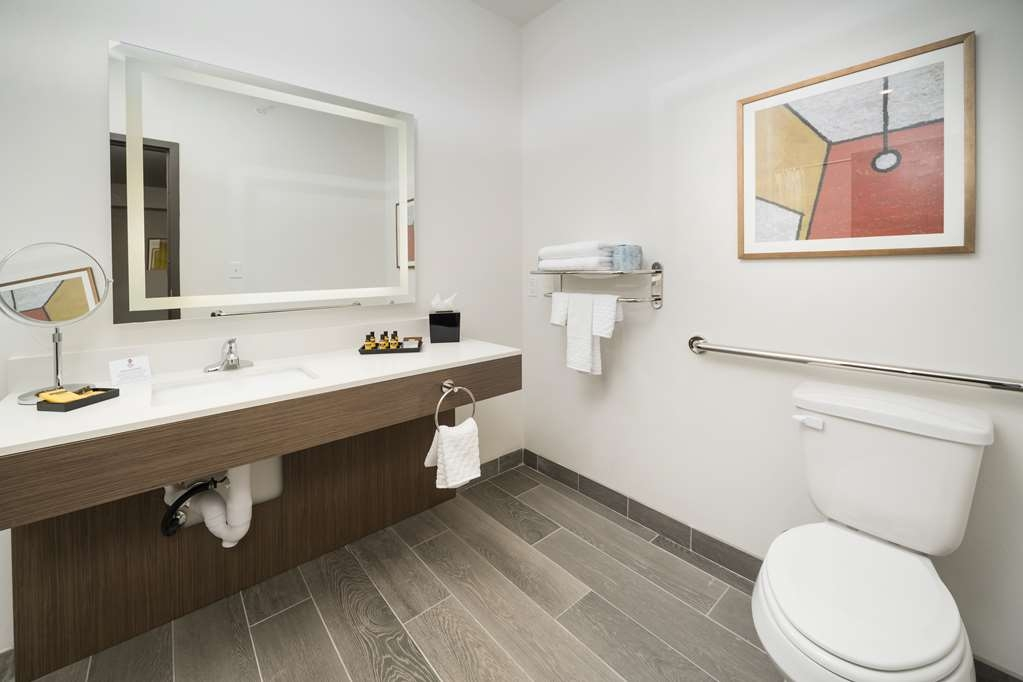 Best Western Plus Executive Residency Austin - Enjoy getting ready for the day in our fully equipped guest king mobility accessible suite bathroom.