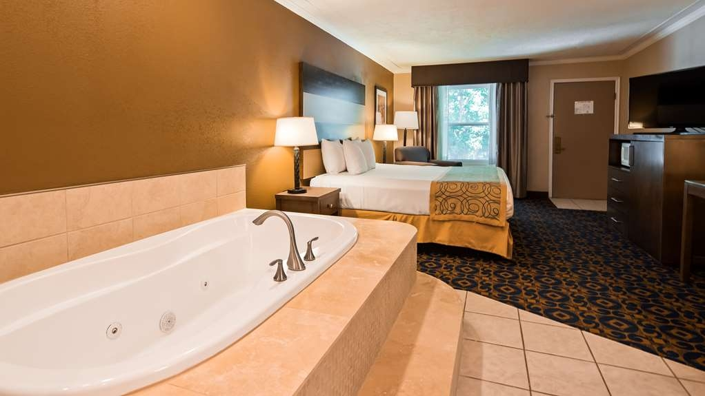 Best Western Butch Cassidy Inn - The bath tub in the Jacuzzi room is sure to relax you.