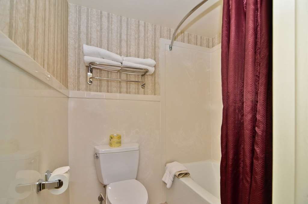 Best Western Coral Hills - Enjoy getting ready for a day of adventure in this fully equipped guest bathroom