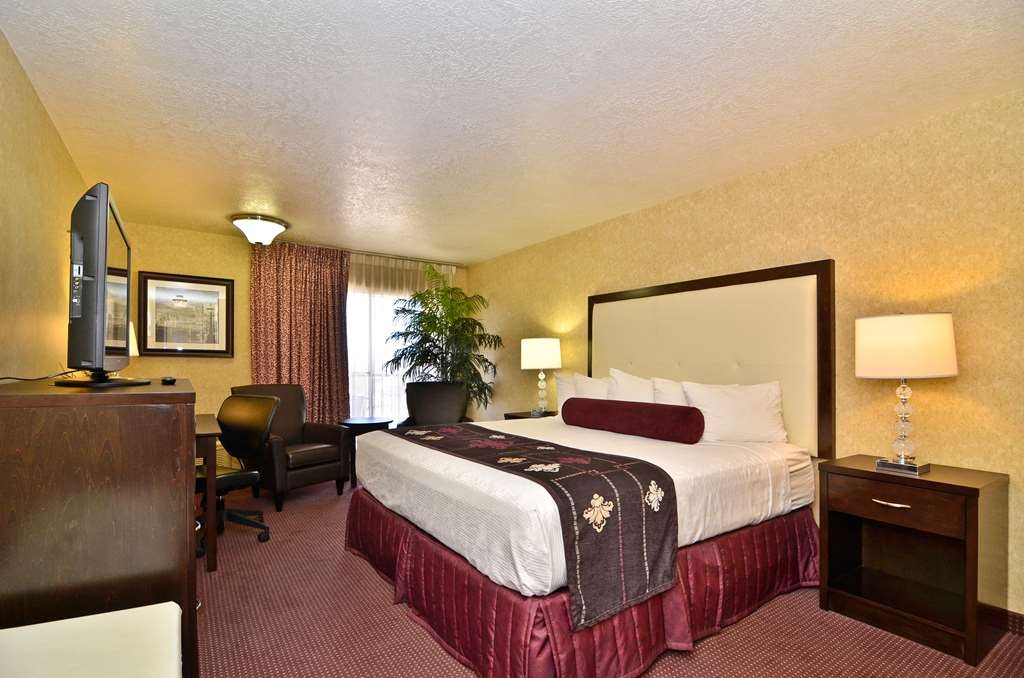Best Western Coral Hills - Spend a relaxing night together in our king balcony room.
