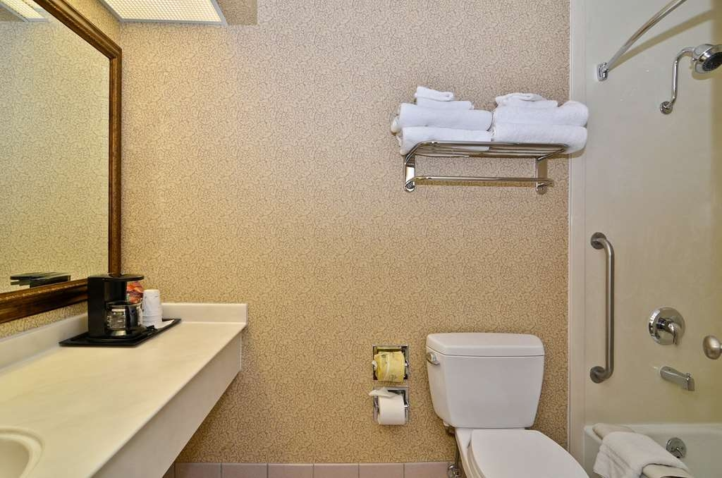 Best Western Coral Hills - Enjoy getting ready for a day of adventure in this fully equipped guest bathroom.
