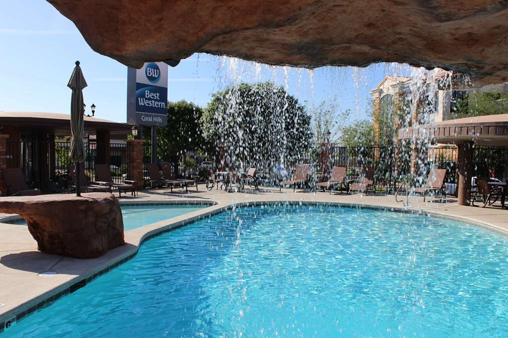 Best Western Coral Hills - Enjoy a day splashing in our outdoor pool.