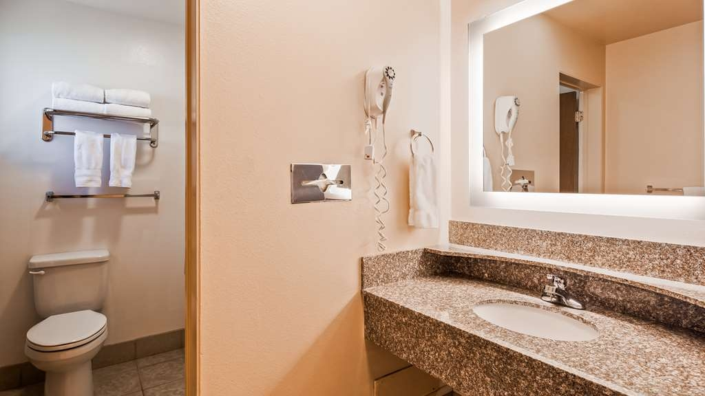 Best Western Paradise Inn - We strive to keep our bathrooms spotless!