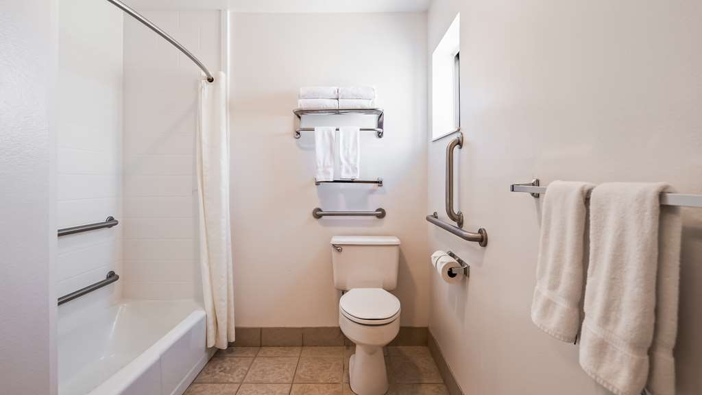 Best Western Paradise Inn - Enjoy getting ready for a day of adventure in this fully equipped guest bathroom.