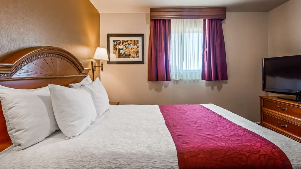 Best Western Paradise Inn - There's plenty of space in our 2 room suite for sleeping, eating and working.