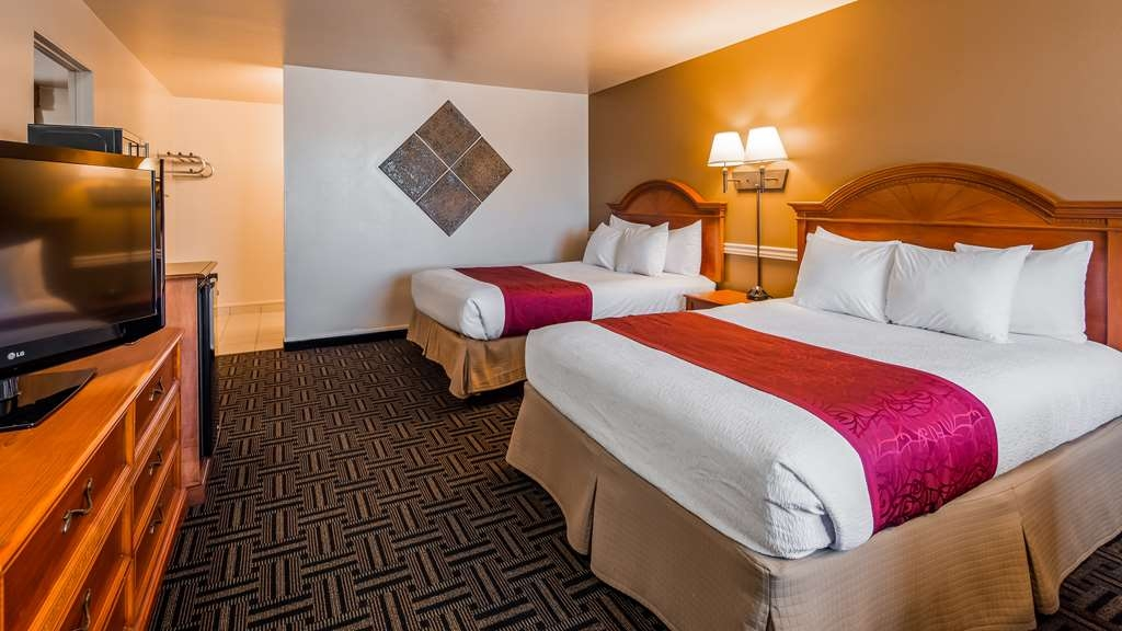 Best Western Paradise Inn - Our family rooms are clean, contemporary, have two rooms with three queen beds and a flat screen HD TV.