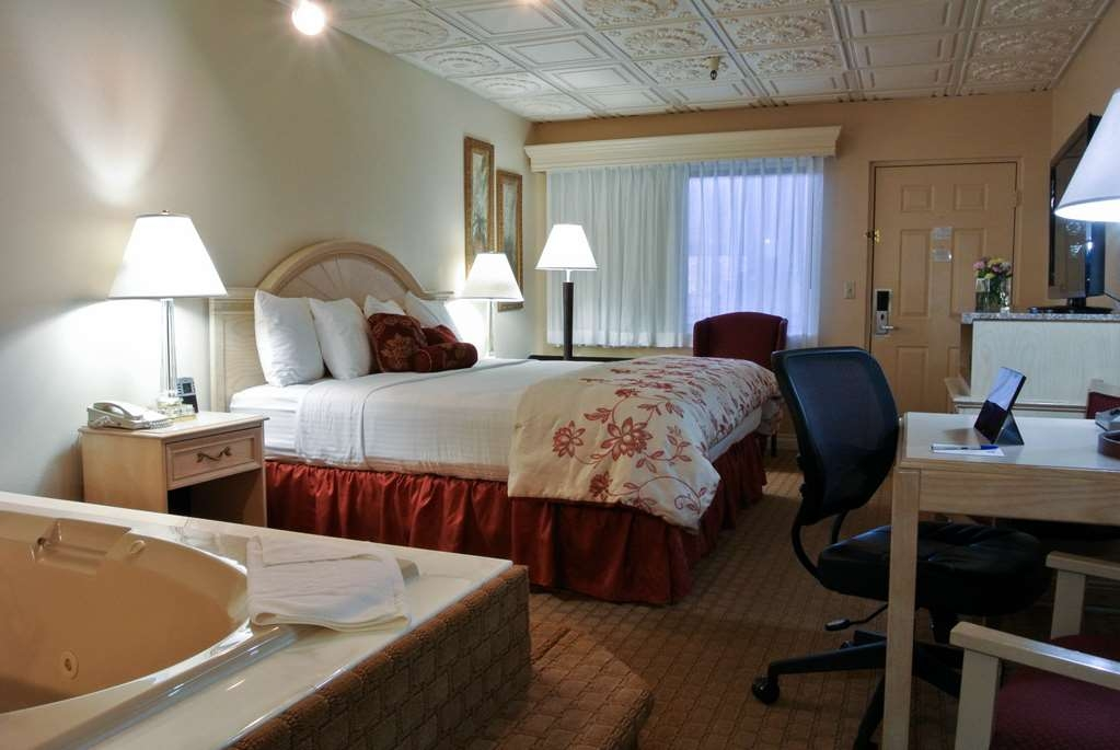 Best Western Inn Tooele - Relax in this suite with a hot tub.