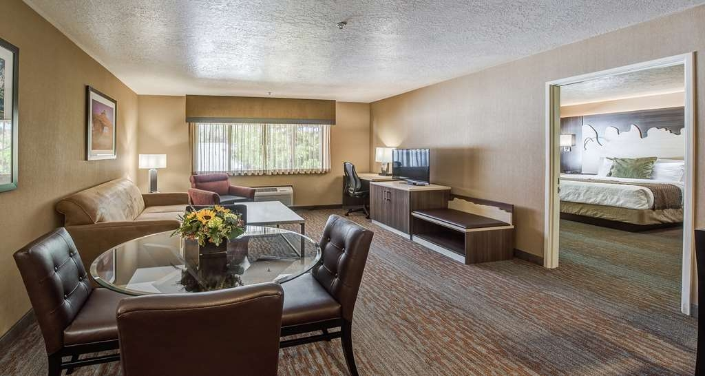 Best Western Plus Canyonlands Inn - Immediately feel at home when you walk into this Presidential Suite with a full kitchen with separate dining area.