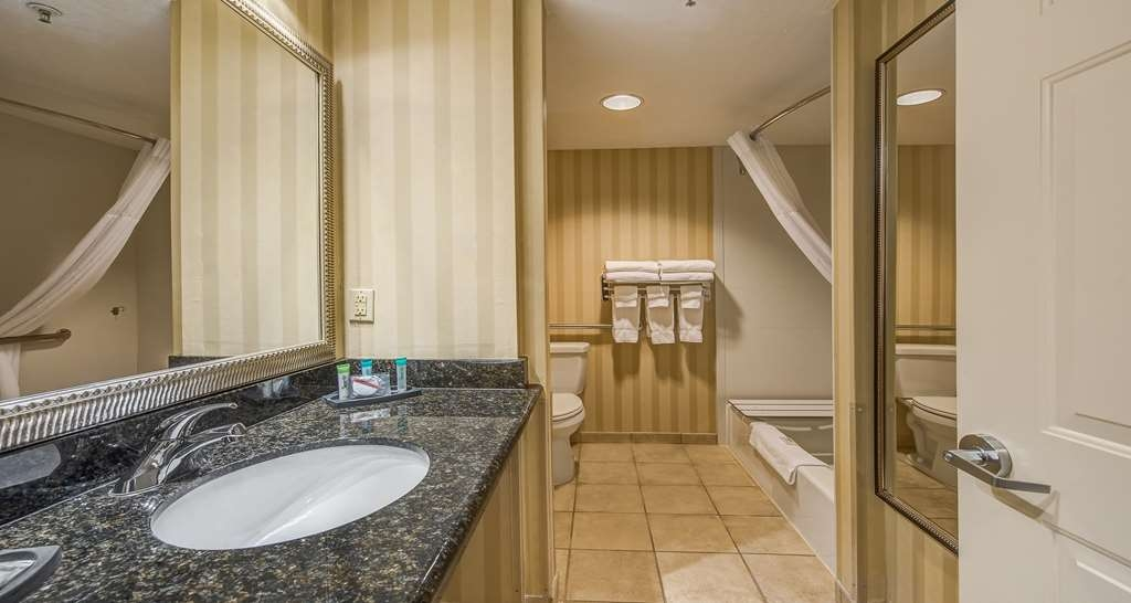 Best Western Plus Canyonlands Inn - Our other option for mobility accessible bathroom features a bathtub with a built in shower chair with upgraded shower heads.