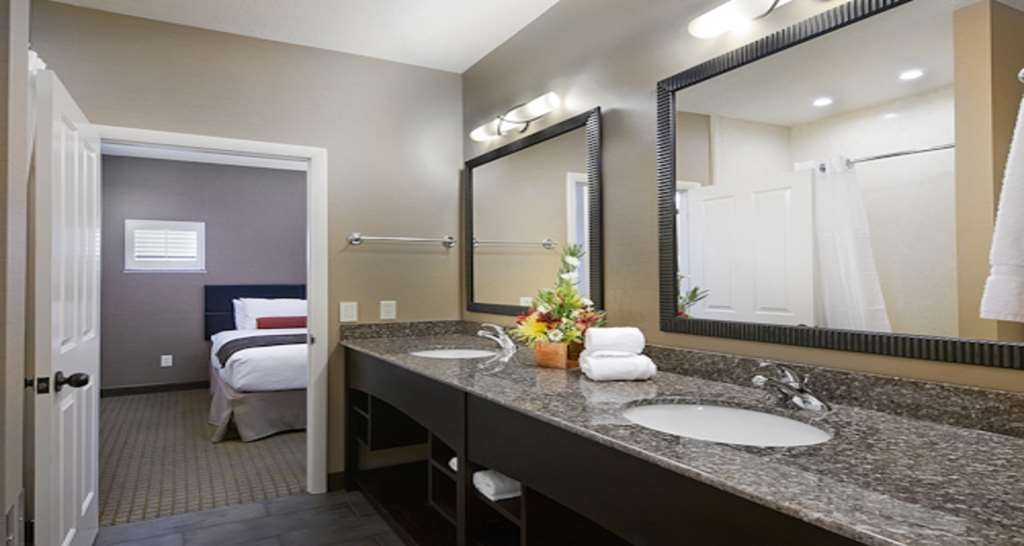 Best Western Plus Canyonlands Inn - Pamper yourself in our spacious guest bathrooms.