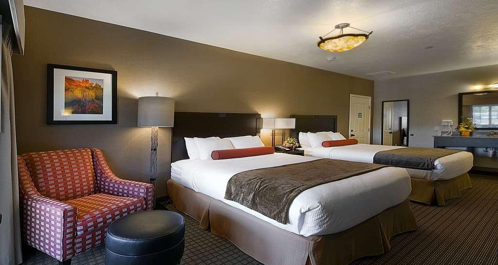 Best Western Plus Canyonlands Inn - Strada Principale Camera da letto con letto queen size della suite