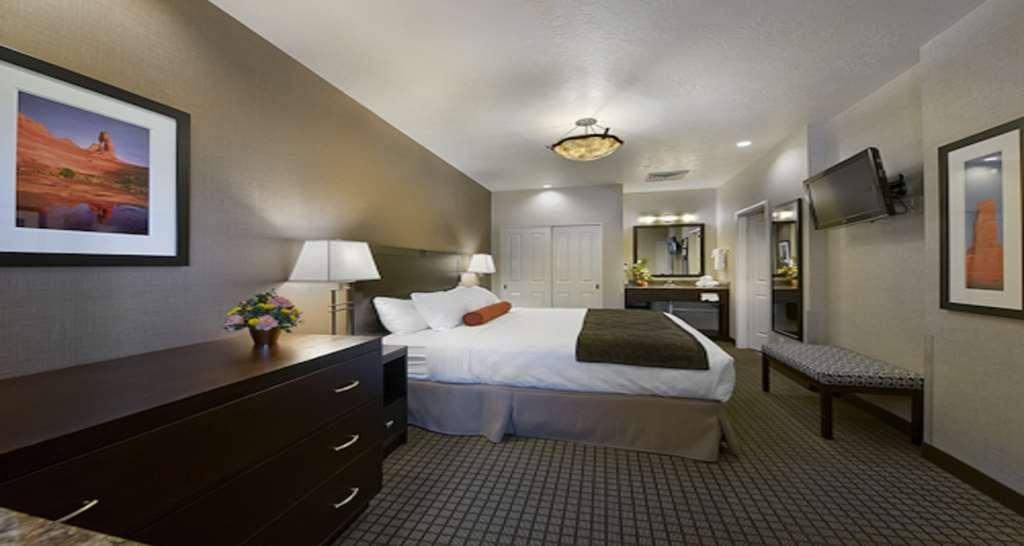 Best Western Plus Canyonlands Inn - Camera da letto con letto king size della suite con vista sulla piscina