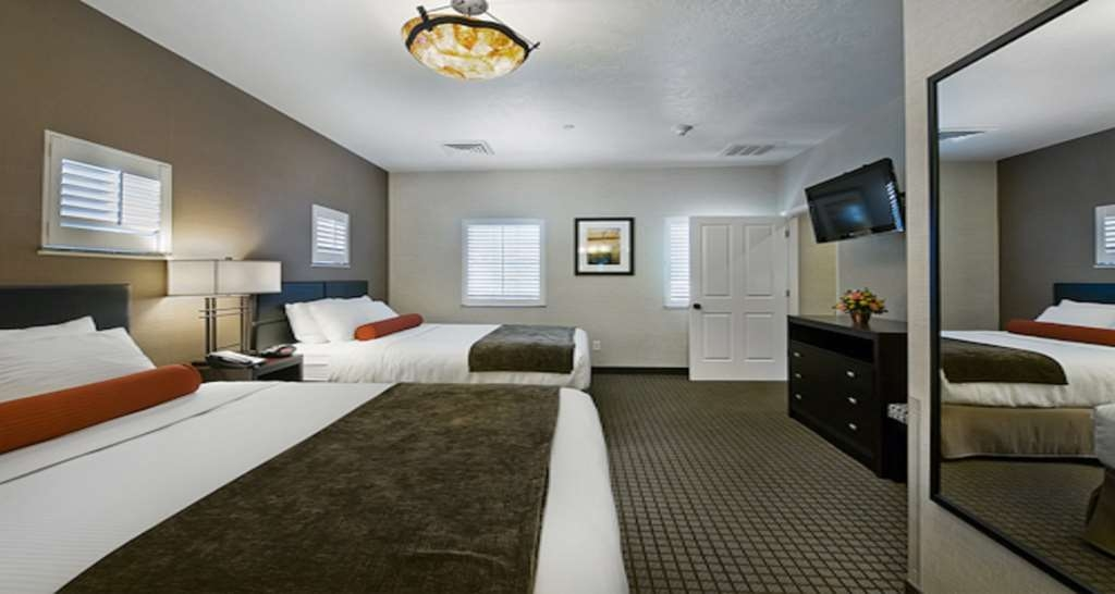 Best Western Plus Canyonlands Inn - Relax after a long day of travel in our Pool View Suite.