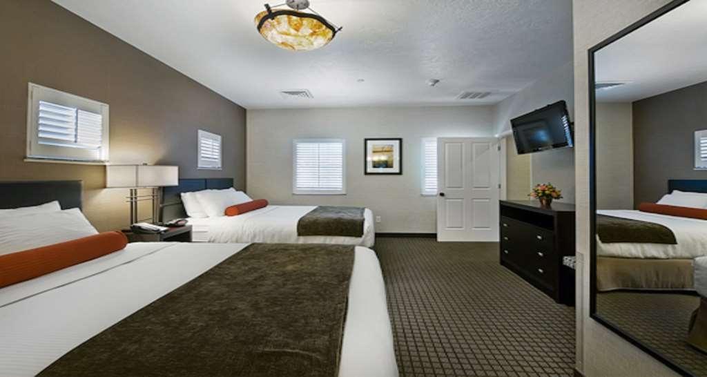 Best Western Plus Canyonlands Inn - Camera da letto con letto queen size della suite con vista sulla piscina