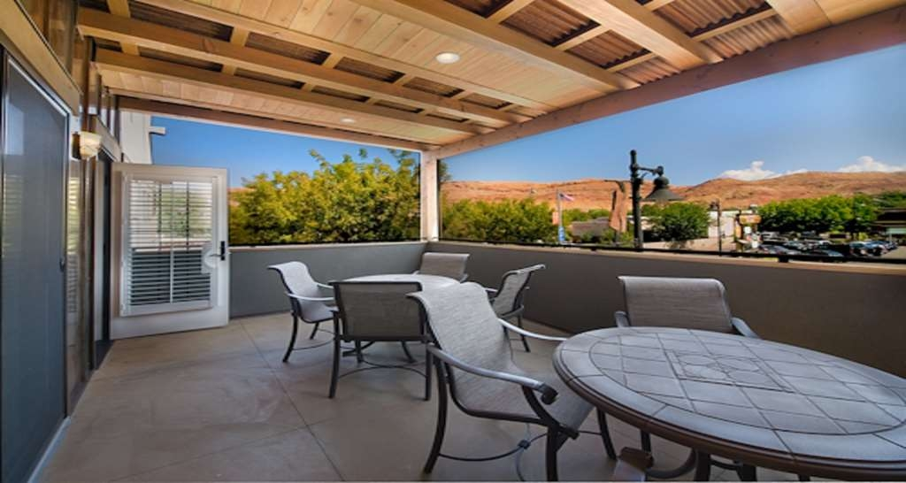 Best Western Plus Canyonlands Inn - You'll love spending time together on the private terrace when you book out Main Street Suite.