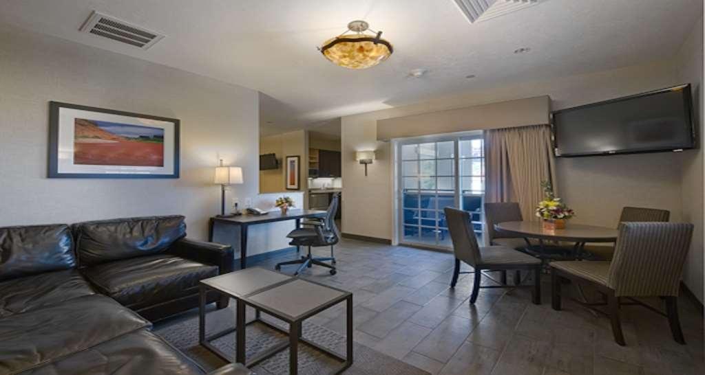 Best Western Plus Canyonlands Inn - Salotto della suite con vista sulla piscina