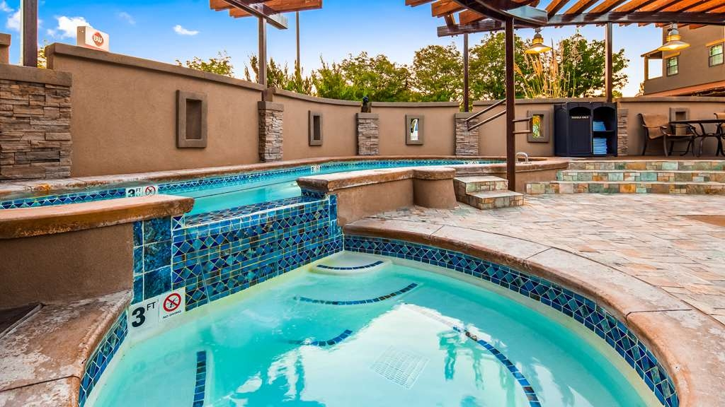 Best Western Plus Canyonlands Inn - Soak up the sun and take in our breathtaking landscape while relaxing in our outdoor pool.