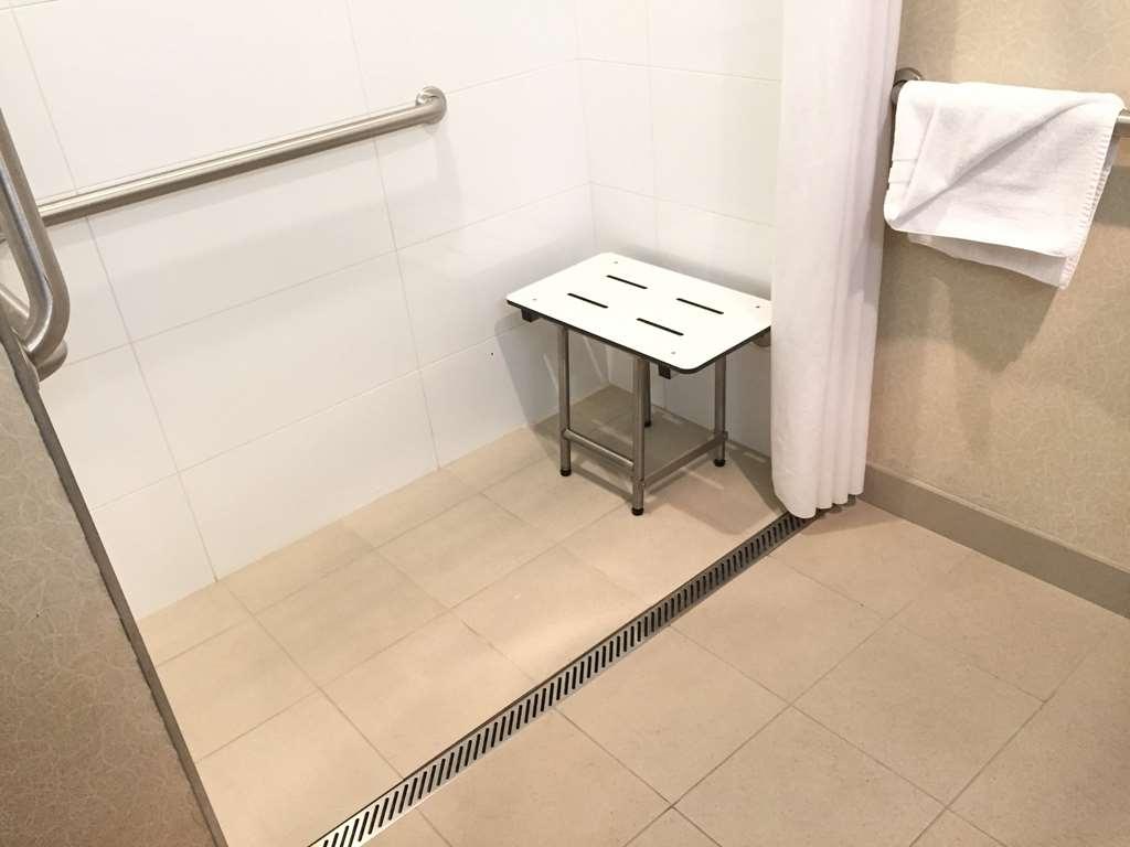 Best Western Timpanogos Inn - Standard Double Queen Bed Guest Room roll in shower