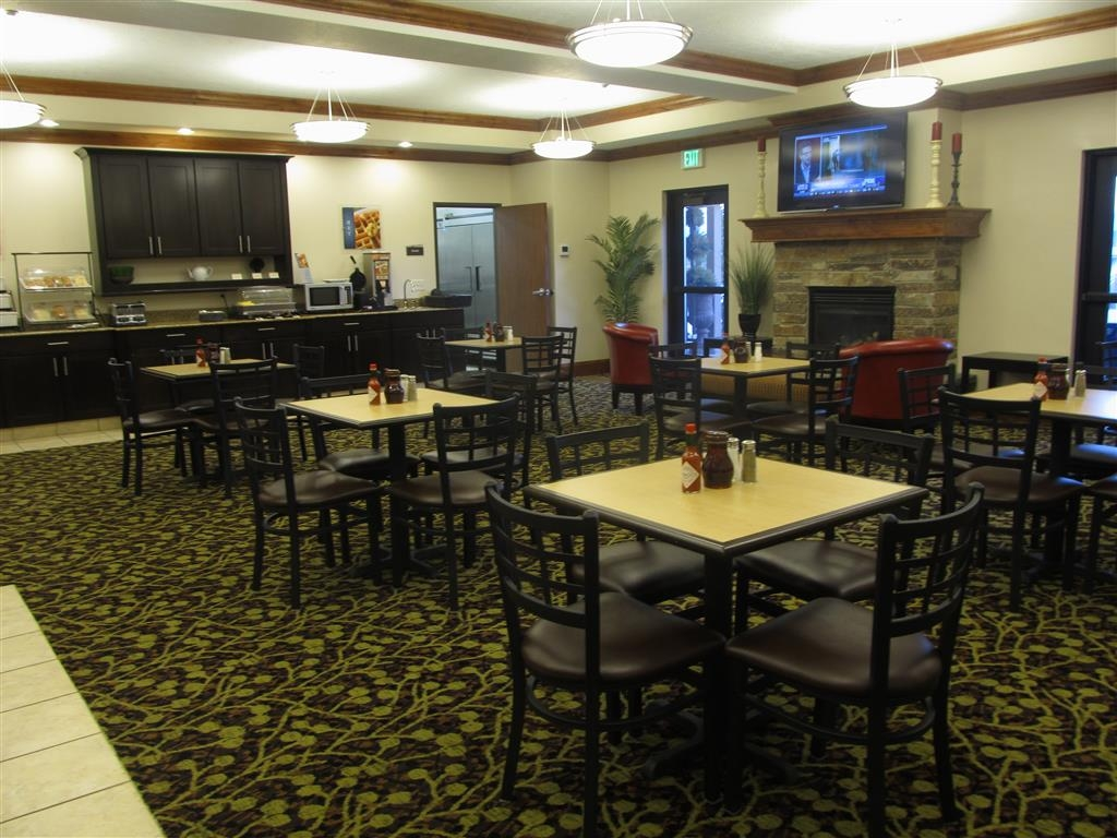 Best Western Plus Landmark Hotel - We serve farm fresh, hand cracked scrambled eggs, bacon, sausage, breads, Danishes, juices, oatmeal, cereal, and more. Breakfast is complimentary and served daily.