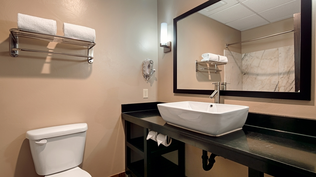 Best Western Plus Zion West Hotel - Enjoy getting ready for the day in our fully equipped guest bathrooms.