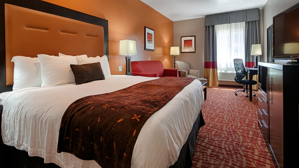 Best Western Plus Zion West Hotel - Sink into our comfortable beds each night and wake up feeling completely refreshed in our king suite.