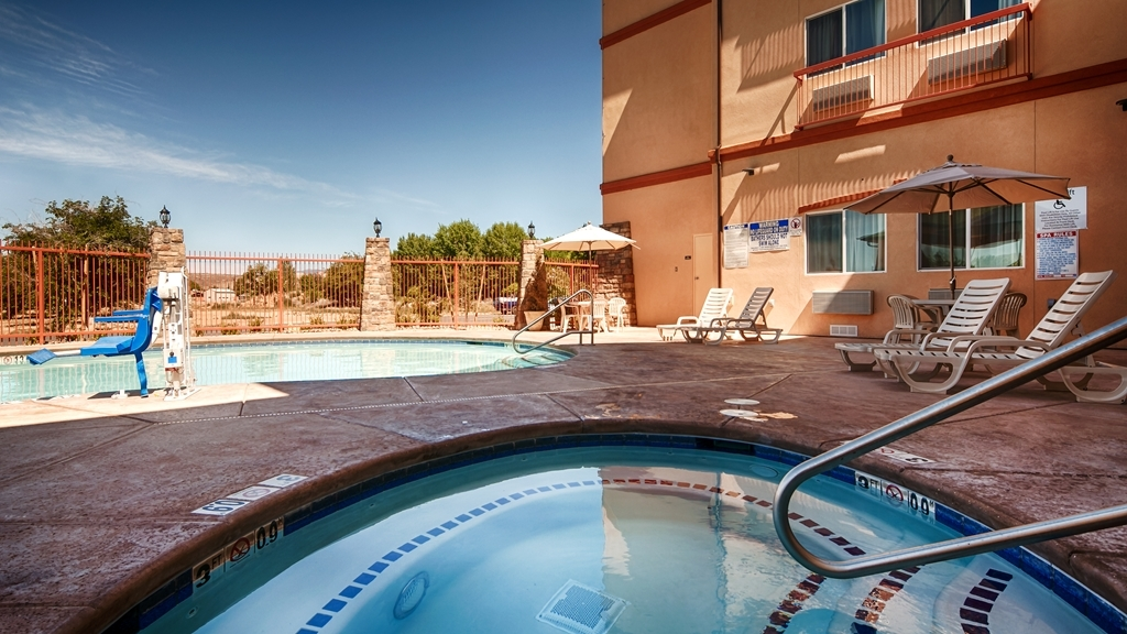 Best Western Plus Zion West Hotel - Soak up the sun and take a well-deserved break in our outdoor pool & hot tub.
