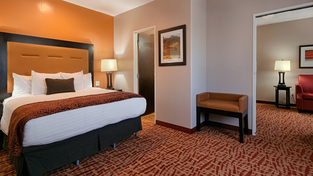 Best Western Plus Zion West Hotel - There's plenty of space in our King Suite for sleeping, eating and working.