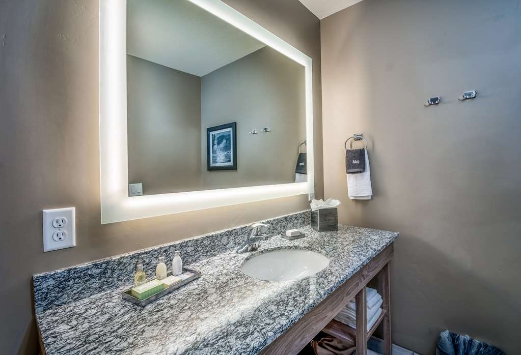 Best Western Plus Heber Valley Hotel - Ceramic tile shower/tub, large backlit mirror, and excess counter space.